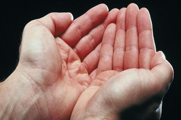 ngứa lòng bàn tay phải là điềm gì